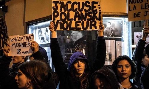 Nhóm người biểu tình. Ảnh: AFP.
