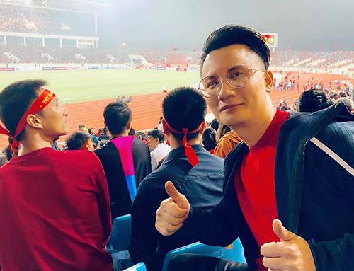 Ca sĩ Hoàng Bách kỳ vọng Việt Nam thắng 2-0, như ở trận Việt Nam gặp UAE ở giải Asian Cup 2007. 12 năm trước, lỡ mất ngày con trai chào đời vì Việt Nam gặp UAE. Năm nay, suýt nữa lỡ trận đấu vì ông con trai mê chơi, Hoàng Bách chia sẻ kỷ niệm trên trang cá nhân. Ảnh: HB.