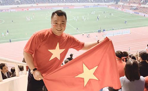 Ngày 14/11, Lý Hùng bắt chuyến bay từ TP HCM ra Hà Nội xem trận đấu