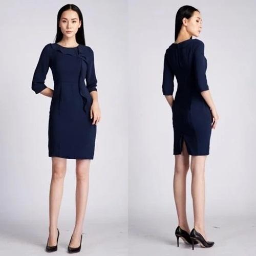 Váy liền dáng bút chì với chất liệu Babie dày, voan thường ôm dáng người mặc. Thiết kế dài ngang gối, tạo điểm nhấn với phần bèo từ cổ chạy dọc thân. Phái nữ có thể chọn giày cao gót đen hoặc xanh đen khi diện váy màu xanh navy. Sản phẩm có giá 799.000 đồng.