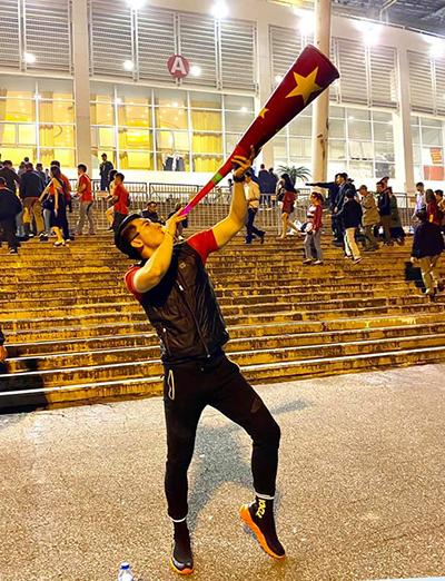 Diễn viên Trương Nam Thành ra sân Mỹ Đình cổ vũ trận đấu.