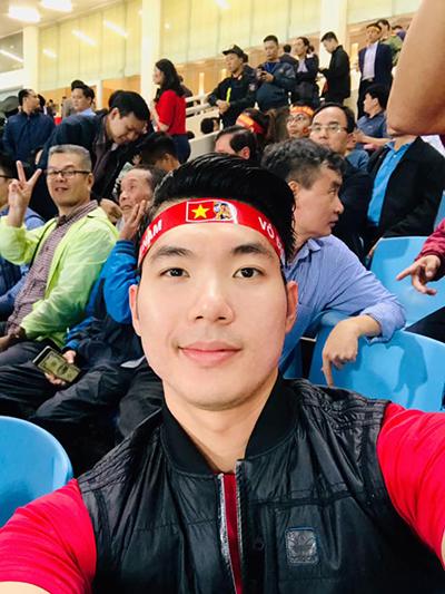 Trương Nam Thành trốn con đi xem bóng đá.