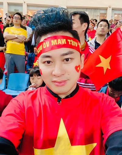 Trên sân Mỹ Đình, ca sĩ Tùng Dương chia sẻ chỉ muốn lao xuống sân hát Việt Nam ơi khi Tiến Linh ghi bàn. Ảnh: T.D.