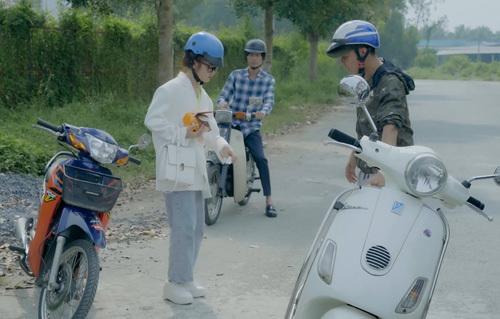 Mở đầu tập phim, nữ diễn viên Ribi gặp Huỳnh Phương (áo kẻ) trong tình huốngva chạm xe với một thanh niên khác. Huỳnh Phương thấy hai người cãi nhau căng thẳng nên chủ động tới can ngăn và hòa giải. Tuy nhiên,anh lại vô tình giúp tên cướp lấy được xe của Ribi khi cứ nghĩ đó là xe của hắn.