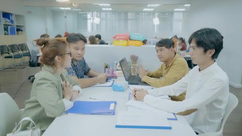 Vì có ấn tượng xấu với nhau ngay từ đầu nên trong cuộc họp chiến dịch quảng cáo khăn ướt Agi của công ty, cô sếp trẻbác bỏ ý kiến của Huỳnh Phương đưa ra là làm viral video trên Youtube, thay vào đócả nhóm sẽ thực hiện phương thức truyền thống -đi khảo sát thị trường.