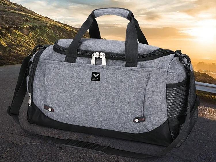 Túi du lịch thương hiệu Laza làm từ chất liệu nylon hạn chế thấm nước và bám bụi. Kích thước túi lớn, chứa được tối đa 12 bộ quần áo và nhiều vật dụng khác. Khi không sử dụng, cố thể xếp gọn lại cất giữ, tiết kiệm diện tích. Quai đeo có đệm vai êm ái, điều chỉnh đồ dài tùy ý. Bên trong túi thiết kế chia thành nhiều ngăn nhỏ tiện lợi, giúp người dùng cất giữ các vật dụng nhỏ cá nhân ngăn nắp. Sản phẩm hiện có bán trên Shop VnExpress với giá ưu đãi 35% là 129.000 đồng, tặng kèm một túi đeo chéo thời trang cùng thương hiệu.
