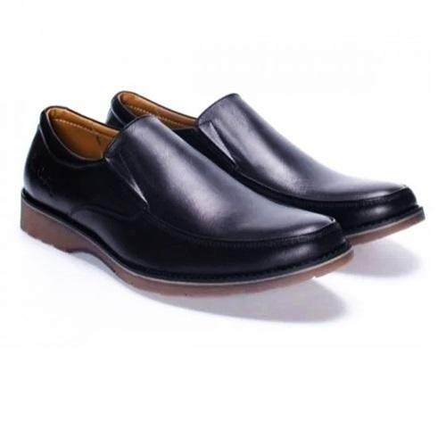 Mẫu giày Pierre Cardin Black Penny Loafer được sản xuất từ 100% da bò, thiết kế không dây giúp trang phục phái mạnh thêm phần lịch lãm. Đế giầy được làm từ cao su tránh trơn trượt, ôm chân khi cất bước. Nam giới có thể kết hợp giày cho nhiều phong cách thời trang: công sở, giảng dạy hay dạo phố. Nên làm sạch bằng xi đánh giày, lotion dưỡng da và dùng khăn lau sạch. Sản phẩm đang giảm 40%, còn 2,094 triệu đồng (giá gốc 3,49 triệuđồng).