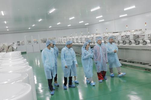 Cả nhóm dẫn các vị khách mời tới nhà máy sản xuất khăn ướt theo tiêu chuẩn FDA Mỹ của Công ty Cổ phần Angel Việt Nam để tìm hiểu quy trình sản xuất nhằm đưa ra được nội dung quảng cáo sản phẩmphù hợp. Kết quả, chiến dịch quảng cáo của cả nhóm thành công rực rỡ, giúp công ty tăng 50% doanh thu.