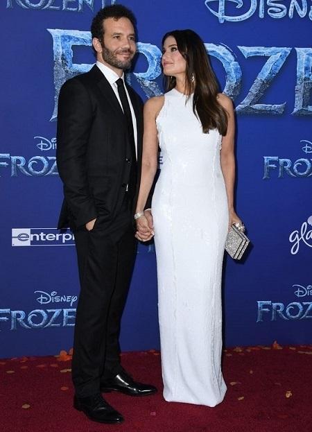 Idina Menzel (phải) cùng chồng - diễn viên Aaron Lohr ở buổi công chiếu Frozen 2 tạiLos Angeles (Mỹ) ngày 7/11. Ảnh: AFP.