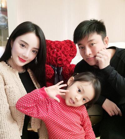 Lý Tiểu Lộ, Giả Nãi Lượng và con gái. Ảnh: Weibo.