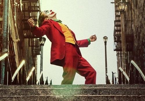 Cảnh Joker nhảy trong phim. Ảnh: Warner Bros.