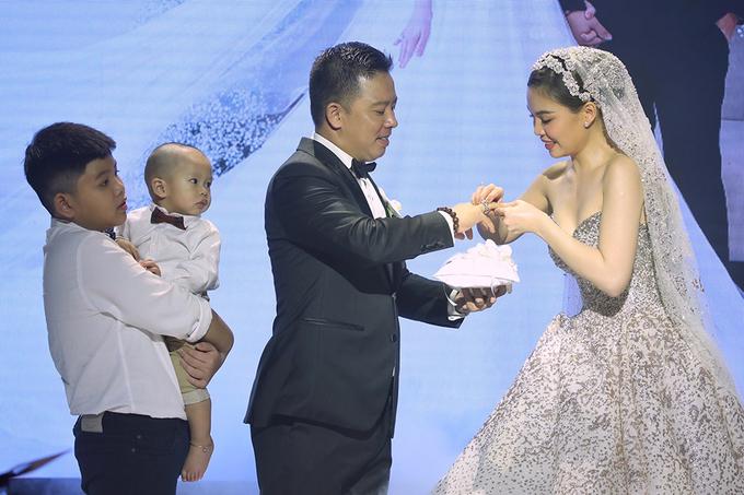 Hai con xuất hiện trong lễ cưới Giang Hồng Ngọc