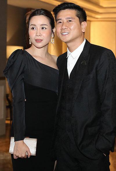 Vợ chồng Lưu Hương Giang - Hồ Hoài Anh tình tứ đi dự tiệc. Cả hai ly hôn hồi tháng 6 nhưng họ vượt qua sống gió, hiện sống chung.