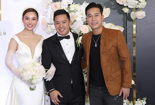 Ca sĩ Lê Hoàng - nhóm The Men (phải) chúc mừng hạnh phúc của Giang Hồng Ngọc.