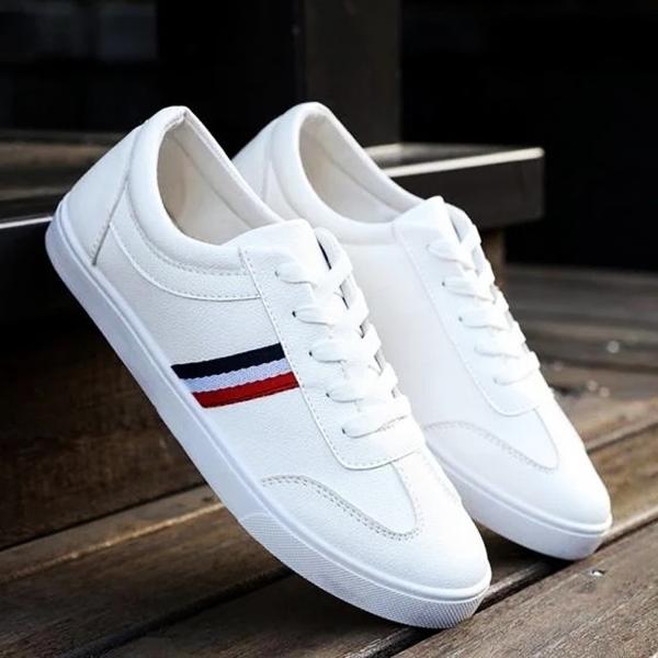 Giày dây buộc Rozalo RM5632 mang phong cách trẻ trung, mũi giày tròn. Đế bằng cao su tổng hợp, xẻ rãnh chống trơn trượt. Sản phẩm đang giảm 33%, còn 183.000 đồng (giá gốc 274.000 đồng).