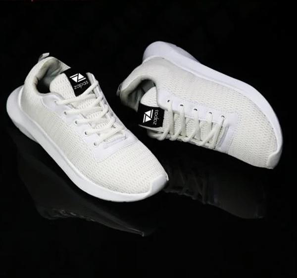 Sneaker Zapas Runner ZR006 có mũi giày tròn phá cách, bề mặt thoáng. Dây giày thiết kế cổ điển, có thể sáng tạo kiểu cột mới lạ. Đế nhẹ, ma sát cao. Thiết kế giúp các chàng trai có vẻ ngoài lịch lãm, sang trọng nhưng không cần đầu tư quá nhiều tiền vào trang phục. Sản phẩm có giá 339.000 đồng.