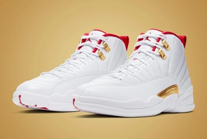 Mẫu Nike Air Jordan 12 Retro Fiba 2019 GS có tông trắng, phối viền đỏ ở cổ giày và ký tự vàng theo phong cách vương giả Trung Quốc. Thiết kế có phần đế chắc chắn, vân giày tỉ mỉ và kiểu dáng sành điệu. Phái mạnh có thể kết hợp giày với quần jeans, quần short. Sản phẩm đang giảm 19%, còn 4,19 triệu đồng (giá gốc 5,19 triệu đồng).