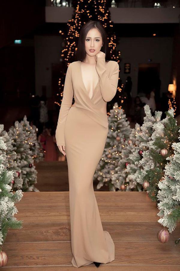 Mai Phương Thúy chuộng váy áo hở ngực