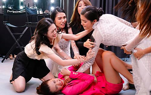 Phân cảnh các thí sinh thi hoa hậu đánh nhau ở hậu trường. Ảnh: CGV.