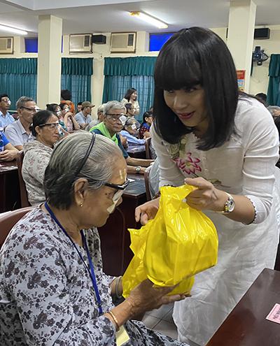 Ngoài hỗ trợ tiền, Việt Trinh tặng thêm quà cho bệnh nhân nghèo. Ảnh: V.T