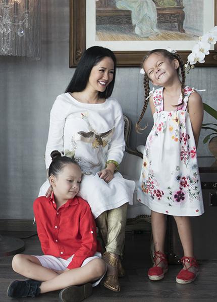 Ca sĩ Hồng Nhung bên hai con. Ảnh: HN.