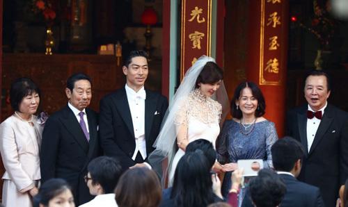 Vợ chồng Lâm Chí Linh và cha mẹ đôi bên. Bố mẹ Akira bên trái. Ảnh: Yahoo.