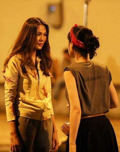 Thanh Hằng (trái) và Chi Pu trong cảnh cháy nổ của Chị chị em em. Ảnh: T.T.