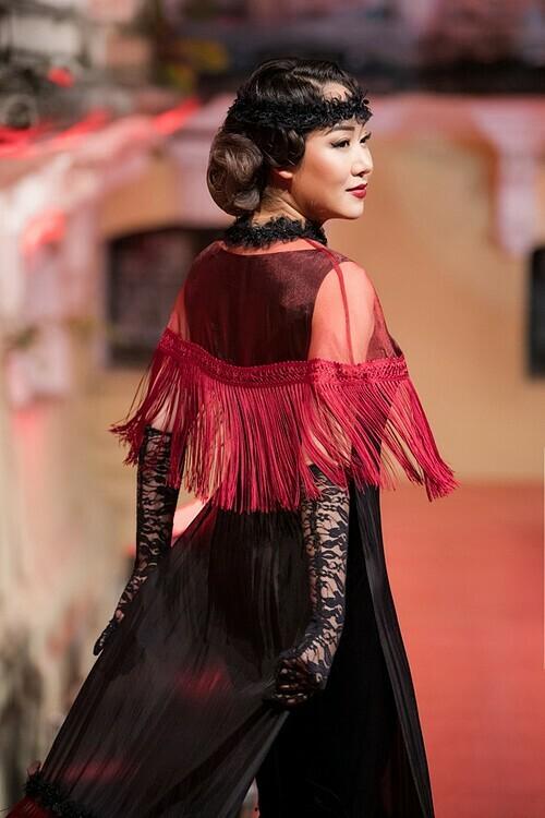 Hoa hậu Ngô Phương Lan diễn mở màn show diễn Sleep No More.