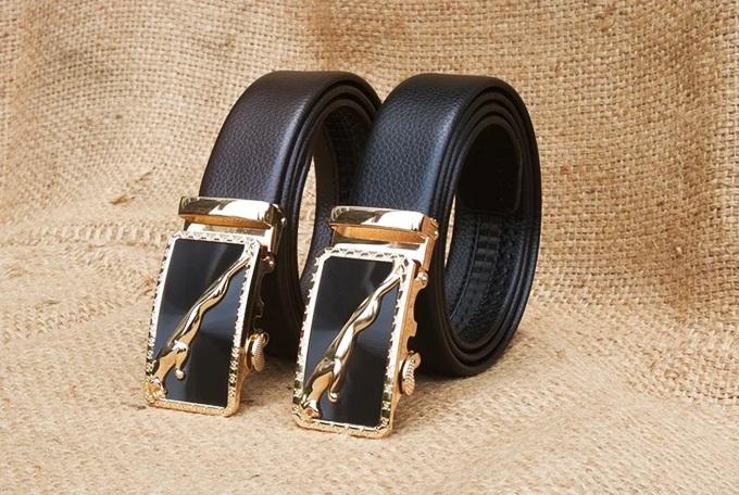Dây nịt khóa tự động mặt báo Manzo 240.V làm từ da PU cao cấp, mặt khóa hợp kim. Thiết kế có hai màu đen sang trọng và nâu cổ điển, phù hợp với nhiều phong cách thời trang. Sản phẩm đang giảm 20%, còn 139.000 đồng (giá gốc 173.750 đồng).