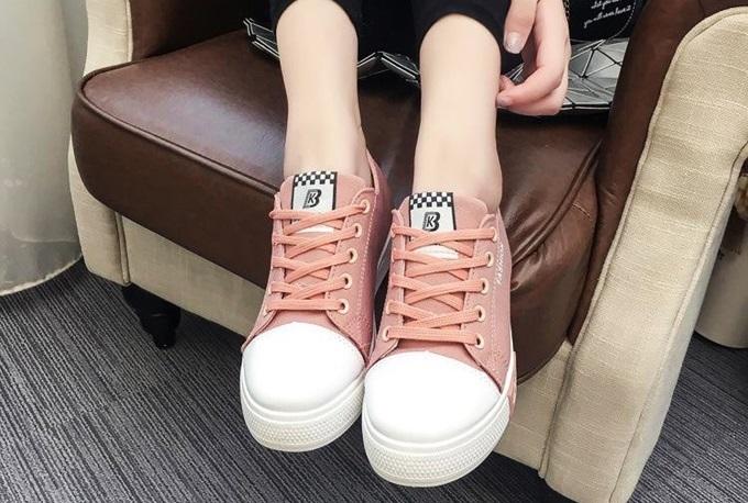Giày Passo G071 có nhiều gam màu khác nhau, hồng nhạt là gợi ý cho những cô nàng cá tính, thích dịch chuyển. Phần đế làm bằng cao su tổng hợp với phần rãnh chống trơn trượt, đảm bảo an toàn cho người mang. Thân giày làm từ vải cao cấp nhưng mềm và thoáng khí.