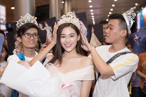 Á hậu Tường San được fan trao vương miện.