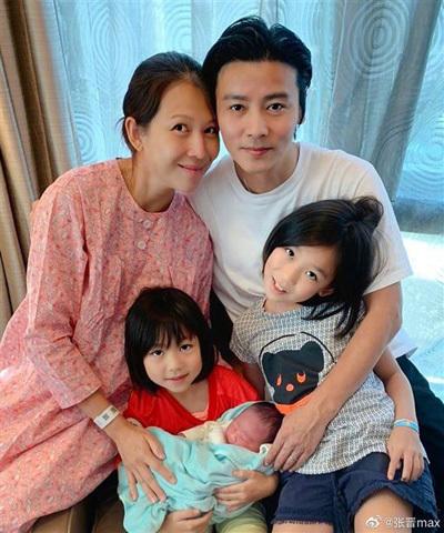 Trương Tấn đăng ảnh gia đình. Ảnh: Weibo.