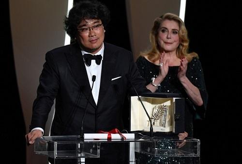 Ở lễ bế mạc LHP Cannes (Pháp), Deneuve (phải)trao giải Cành Cọ Vàng cho phim Parasite. Ảnh: AFP.