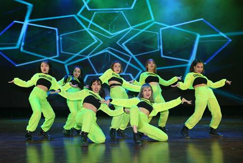Nhóm The Heat (Đại học Thăng Long) khoe vũ đạo điêu luyện, đồng phục theo trend màu neon bắt sáng sân khấu.