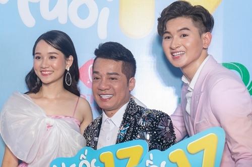 Minh Nhí (giữa) bên con nuôi Minh Khải và nữ chính của phim trong buổi công chiếu phim 19/11. Ảnh: N