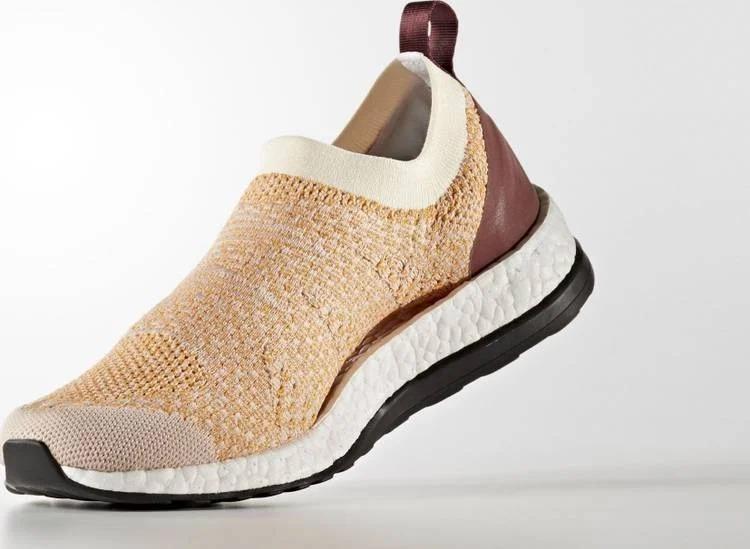 Cũng là một thiết kế phối hợp giữa Adidas và Stella McCartney, Adidas Pure Boost X by Stella MacCartney có phần giữa thân giày (upper) và đế giày (sole) thiết kế chừa một khoảng không lớn, bó sát vào lòng bàn chân, tạo sự thoải mái khi di chuyển, vận động và luyện tập thể dục thể thao. Phần đế giữa cấu tạo 100% từ vật liệu Boost, độ bền cao, ổn định trong mọi điều kiện nhiệt độ dù nắng nóng hay tuyết rơi. Lớp outsole (đế ngoài) bằng cao su với dạng hạt tròn trên Pureboost được thay đổi thành dạng hình tròn bẹt, hạn chế nguy cơ  gây cản trở và trơn trượt khi chạy bộ cho người mang. Sản phẩm có giá 3,855 triệu đồng, ưu đãi 48% trên Shop VnExpress.