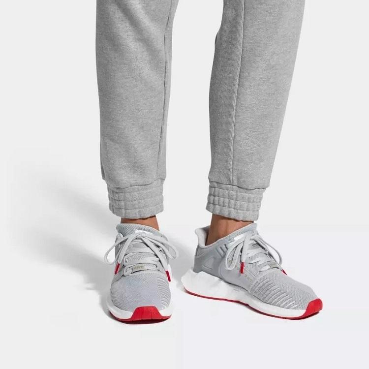 Adidas EQT Support 93-17 có thiết kế năng động, là thiết kế thừa hưởng những điểm mạnh từ phiên bản cũ trong quá khứ, kết hợp cùng công nghệ hiện đại của Adidas. Sản phẩm làm từ chất liệu Primeknit và sở hữu bộ đệm Boost êm ái, tạo sự thoải mái khi vận động, chạy bộ hoặc chơi các môn thể thao khác nhau trong thời gian dài. Phối màu trang nhã, thích hợp mang đi học, đi làm hoặc đi chơi cùng bạn bè. Sản phẩm có giá 2,751 triệu đồng, giảm 44% so với giá gốc.