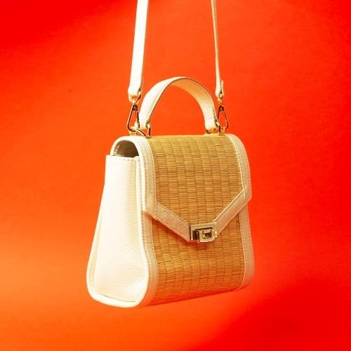 Túi cói Nord110 có kiểu dáng cơ bản với nắp bật, quai đeo da bò và các chi tiết khóa mạ vàng sáng bóng. Thiết kế có thể đựng một số vật dụng cần thiết như điện thoại, son, phấn... Sản phẩm được nhiều chị em đặt mua, giá 2,5 triệu đồng.