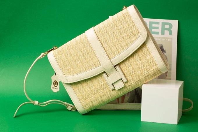 Túi cói hình chữ nhật cũng lọt top bán chạy nhờ kiểu dáng phổ thông, dễ phối đồ. Phái nữ có thể chọn tông trắng hoặc nâu đất để làm mới phong cách. Thiết kế có giá 2,2 triệu.
