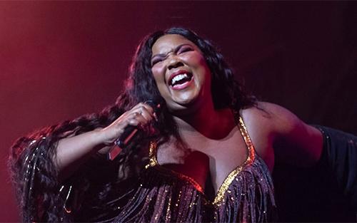 Ca sĩ Lizzo dẫn đầu Grammy 2020 với tám để cử. Ảnh: Invision.