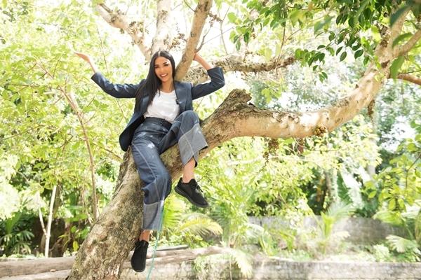 Hoàng Thùy nhớ kỷ niệm leo trèo trên cây trước nhà. Ảnh: Quang Đức.