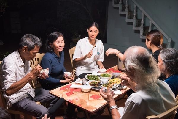 Cô ăn cơm tối và chuyện trò cùng gia đình. Ảnh: Quang Đức.