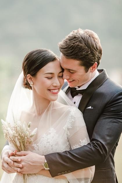 Ảnh cưới đầu của Á hậu do người anh thân thiết trong nghề, nhà thiết kế Trương Thanh Hải.