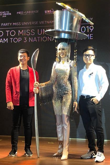 Hoàng Thùybên cạnh tác giả Minh Đức (trái) và cố vấn - nhà thiết kế Nguyễn Minh Tuấn. Ảnh: T.V.