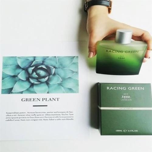 Ra mắt vào năm 1990, nước hoa namRacing Greenđược nhiều tín đồ làm đẹp lựa chọn nhờ pha trộn phong cách và thiết kế của Anh. Sản phảmmang đến cho phái mạnh mùi hương mạnh mẽ, thể hiện vẻ sành điệu. Tông xanh lá đậm chủ đạo và thiết kế đơn giản có giá 1,275 triệu đồng.
