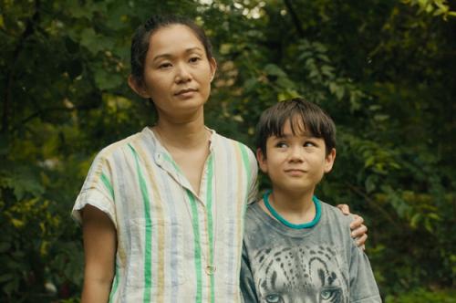 Hong Chau (trái) và Lucas Jaye trong Driveways. Ảnh: Maven Pictures.
