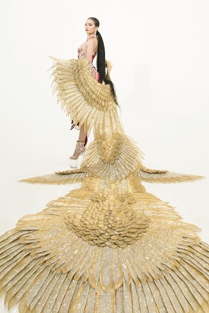 Bộ trang phục lấy cảm hứng từ hình tượng chim Lạc cổ.