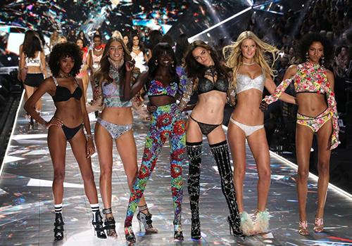 Dàn siêu mẫu catwalk tại show nội y thường niên của Victorias Secret năm 2018. Ảnh: Reuters.