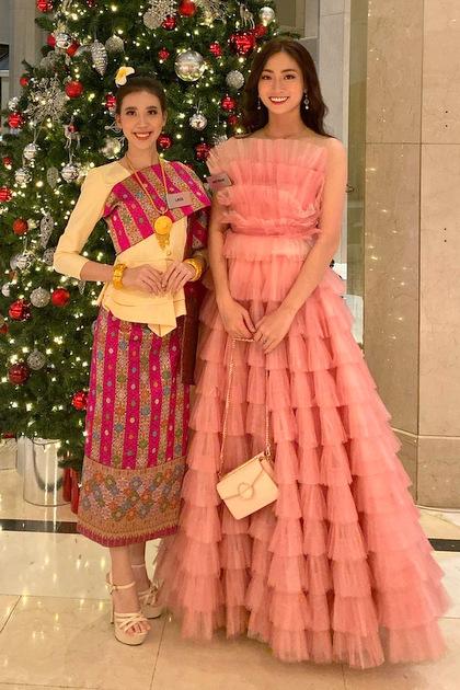 Hoa hậu tạo dáng bên người đẹp Lào. Ảnh: Sen Vàng.