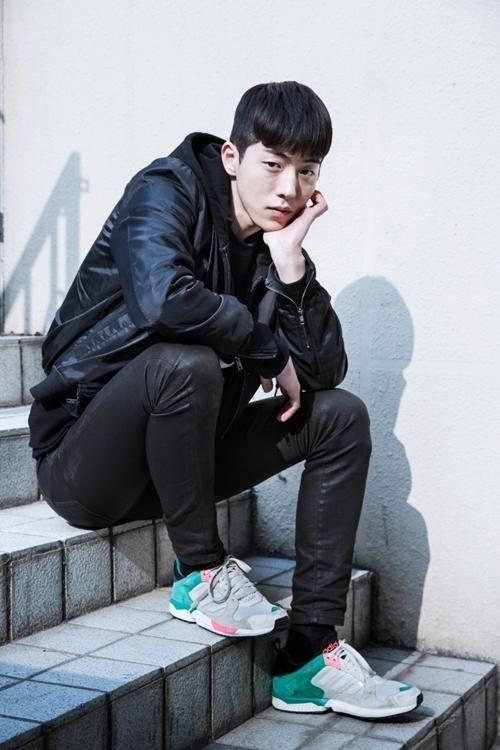 Nam Joo Hyuk cũng chuộng dòngAdidas Falcon. Thiết kế phối ba màu nổi: xanh ngọc, xám, hồng, phù hợp với cả nam lẫn nữ.
